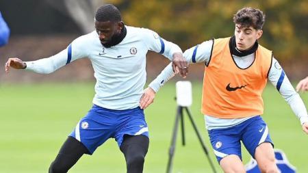 Bintang asal Jerman milik Chelsea, Antonio Rudiger (kiri) mengancam hengkang usai merasa frustrasi karena jarang bermain. - INDOSPORT