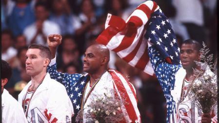 Chris Mullin, Charles Barkley, dan Magic Johnson yang tergabung dalam The Dream Team, di podium Olimpiade 1992. - INDOSPORT