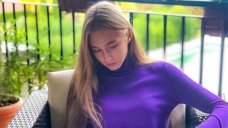 Petenis belia asal Rusia, Ekaterina Kislitsyna mampu mencuri perhatian warganet karena memiliki postur tinggi 1,7 m dan paras wajah yang cantik seperti boneka. - INDOSPORT