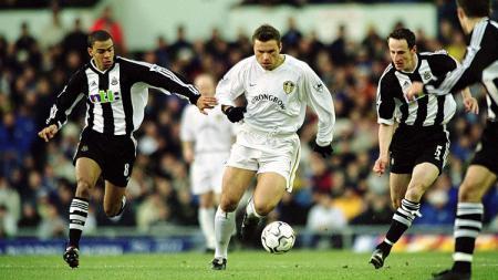 Striker Leeds United, Mark Viduka, berupaya melewati adangan pemain Newcastle United dalam pertandingan Liga Inggris, 22 Desember 2001. - INDOSPORT