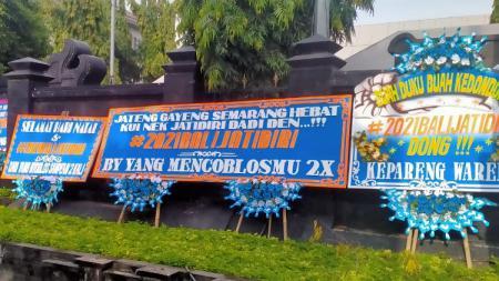 Kiriman karangan bunga dari DPP Panser Biru ke Kantor Gubernur Jawa Tengah terkait tuntutan #2021BalikJatidiri. - INDOSPORT