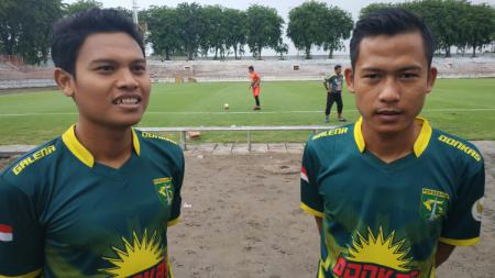 Fandi Eko Utomo (kiri) dan Wahyu Subo Seto pada saat menjajal rumput baru Stadion Gelora 10 November. - INDOSPORT