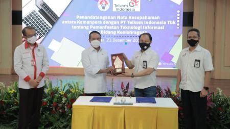 Penandatanganan nota kesepahaman antara Kemenpora dengan PT Telekomunikasi Indonesia (PT Telkom) di Wisma Menpora, Kemenpora. - INDOSPORT