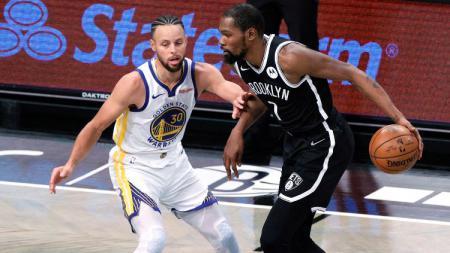 Stephen Curry dan Kevin Durant di laga pembuka NBA musim reguler 2020/21 antara Brooklyn Nets vs Golden State Warriors, Rabu (23/12/20). - INDOSPORT