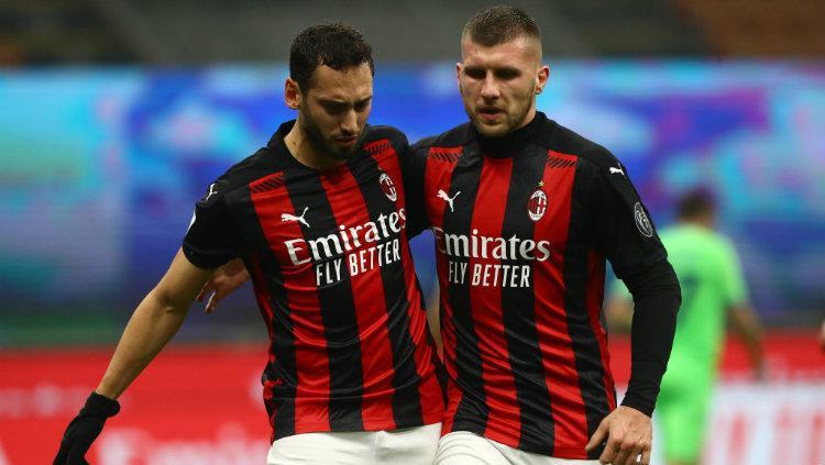 Selebrasi gol Ante Rebic bersama Hakan Calhanoglu di laga AC Milan vs Lazio. Copyright: Marco Luzzani/Getty Images