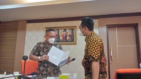 Sinoeng N. Rachmadi selaku Kadisporapar Jateng menerima surat izin penggunaan Stadion Jatidiri dari CEO PSIS Yoyok Sukawi dalam acara audiensi. - INDOSPORT