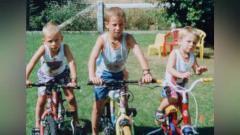 Indosport - Hazard bersaudara ketika masih kecil.