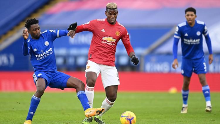 Paul Pogba dikawal dua pemain Leicester City. Copyright: (Photo by Michael Regan/Getty Images)