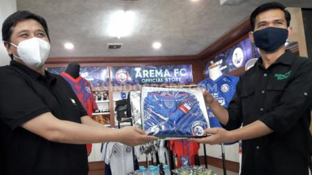Arema FC bekerja sama dengan Malang Strudle sebagai upaya menjaga eksistensi klub. - INDOSPORT