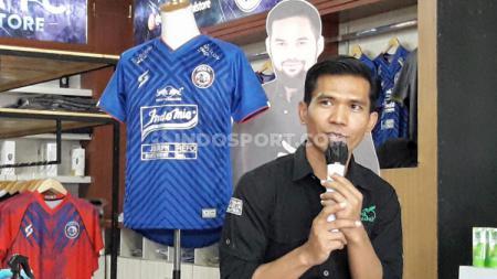 GM Malang Strudle, Gunarianto dan marchandise original Arema FC. - INDOSPORT