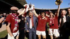 Indosport - Tommy Docherty saat membawa Manchester United menjuarai final Piala FA 1977 mengalahkan Liverpool 2-1.