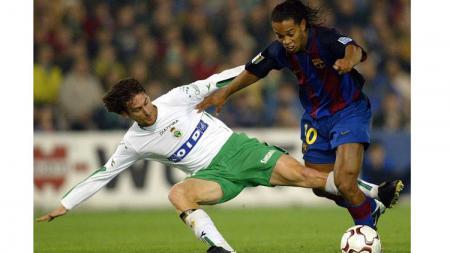 Bintang Barcelona, Ronaldinho, berupaya melewati pemain Racing Santander dalam pertandingan LaLiga Spanyol, 4 Januari 2004. - INDOSPORT