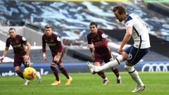 Indosport - Harry Kane mencetak gol pertama untuk timnya dari titik penalti pada pertandingan Liga Premier di Stadion Tottenham Hotspur, London.