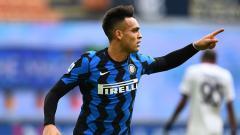 Indosport - Lautaro Martinez merayakan golnya di pertandingan Serie A Italia Inter Milan vs Crotone