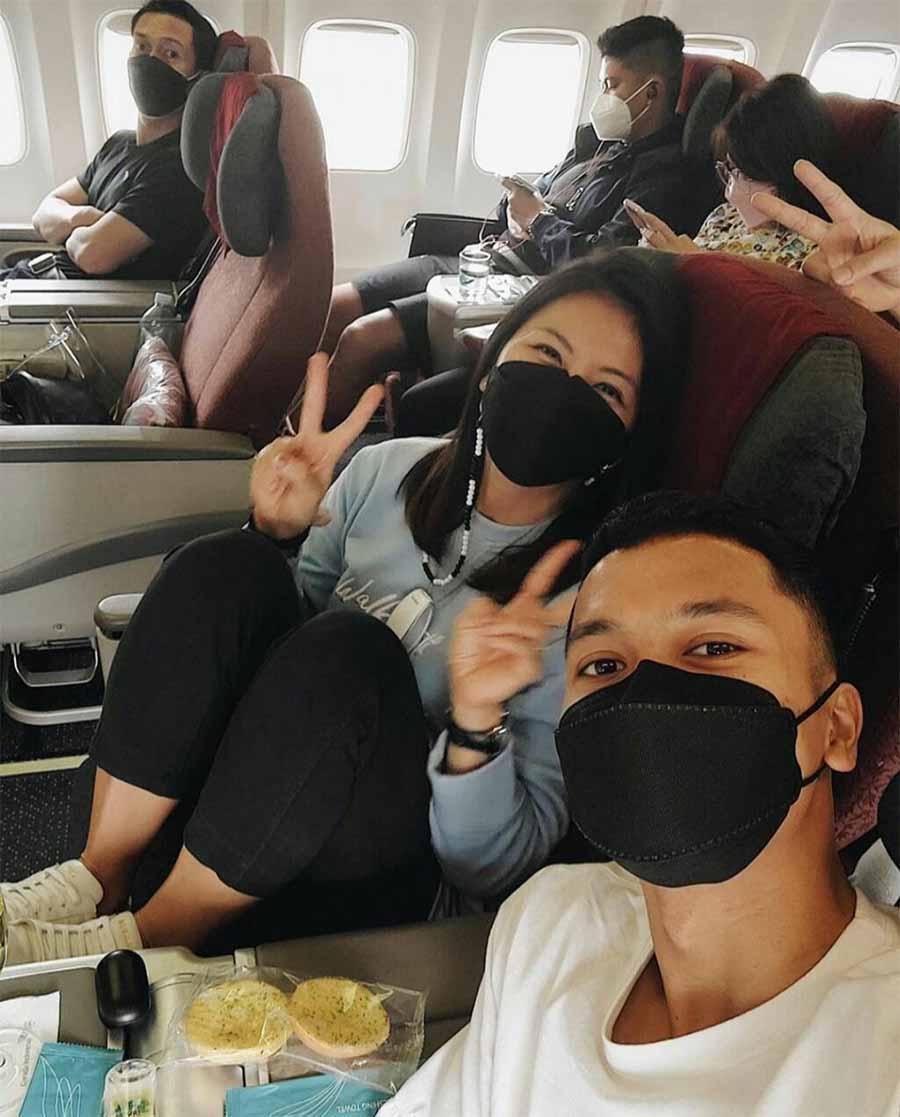 Anthony Sinisuka Ginting pamer momen didalam pesawat saat bertolak ke Thailand. Copyright: Instastory@sinisukanthony