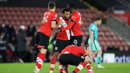 Jan Bednarek, Ryan Bertrand dan Dan N'Lundulu dari Southampton merayakan kemenangan atas Liverpool 1 - 0 di Liga Primer Inggris. - INDOSPORT