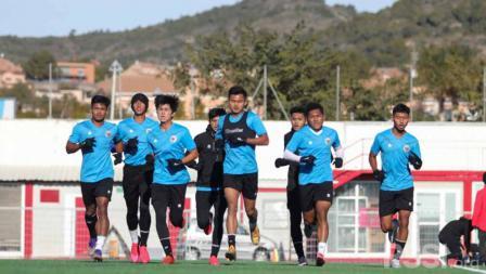 Tim Biru saat melakukan pemanasan. Internal game Timnas U-19 mempertandingkan antara Tim Ungu melawan Tim biru yang berakhir dengan skor 2-2.