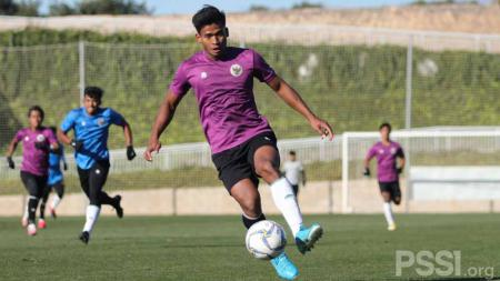 Penyerang Timnas U-19, Irfan jauhari saat laga internal game di Spanyol. - INDOSPORT