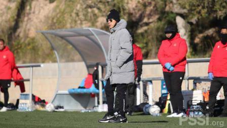 Pelatih Shin Tae-yong saat memberi arahan kepada para pemainnya. Internal game Timnas U-19 mempertandingkan antara Tim Ungu melawan Tim biru yang berakhir dengan skor 2-2.