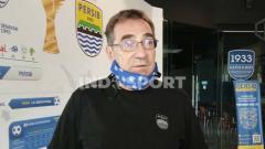 Indosport - Pelatih Persib Bandung, Robert Rene Alberts, seusai pertemuan di Graha Persib, Jalan Sulanjana, Kota Bandung, Selasa (05/01/2021).