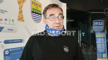 Pelatih Persib Bandung, Robert Rene Alberts, seusai pertemuan di Graha Persib, Jalan Sulanjana, Kota Bandung, Selasa (5/1/21). - INDOSPORT