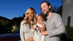 Indosport - Serena Williams bersama Alexis Ohanian dan putri mereka.