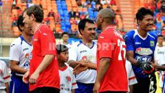 Indosport - Mantan gelandang Persib, Asep 'Munir ' Kustiana (tengah) saat pertandingan menghadapi eks Manchester United.