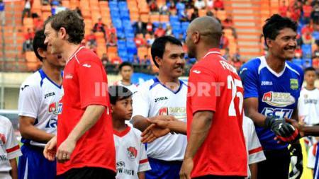 Mantan gelandang Persib, Asep 'Munir ' Kustiana (tengah) saat pertandingan menghadapi eks Manchester United. - INDOSPORT