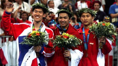 Shon Seung-mo, Taufik Hidayat, dan Sony Dwi Kuncoro di podium Olimpiade 2004 Athena. - INDOSPORT