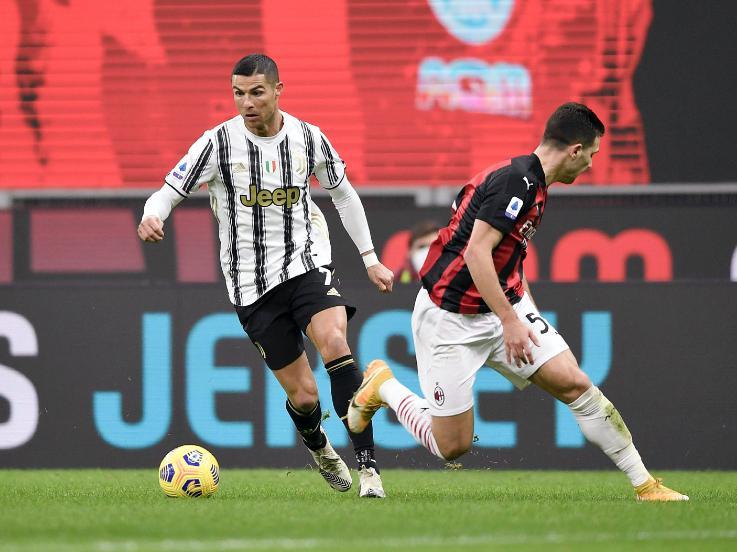 Aksi Cristiano Ronaldo dalam laga AC Milan vs Juventus Copyright: twitter.com/juventusfcen