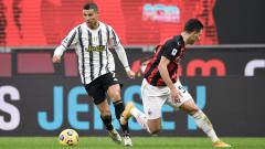 Indosport - Pemain Juventus, Cristiano Ronaldo Saat Melewati Pemain AC Milan
