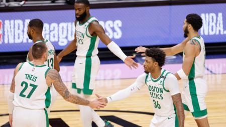 Boston Celtics selebrasi usai menumbangkan Miami Heat, Kamis (07/01/21) di musim reguler NBA 2020/21. - INDOSPORT