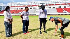 Indosport - Gubernur Jawa Tengah Ganjar Pranowo (dua dari kanan) bersama Kadisporapar Jateng (dua dari kiri) dan M. Ridwan (kanan) ketika mendatangi Stadion Jatidiri pada Kamis (07/01/21) pagi.
