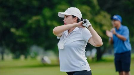 Aktris sinetron sekaligus presenter asal Indonesia bernama Ussy Sulistiawaty baru saja membuktikan kecintaannya terhadap olahraga golf. - INDOSPORT
