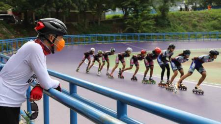 Gubernur Jawa Tengah, Ganjar Pranowo saat memantau atlet sepatu roda berlatih di komplek GOR Jatidiri. - INDOSPORT
