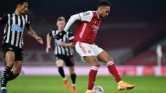 Indosport - Striker Arsenal, Aubameyang Mengontrol Bola dalam laga Piala FA Kontra Newcastle United