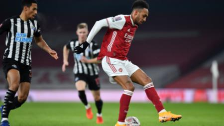 Striker Arsenal, Aubameyang Mengontrol Bola dalam laga Piala FA Kontra Newcastle United - INDOSPORT