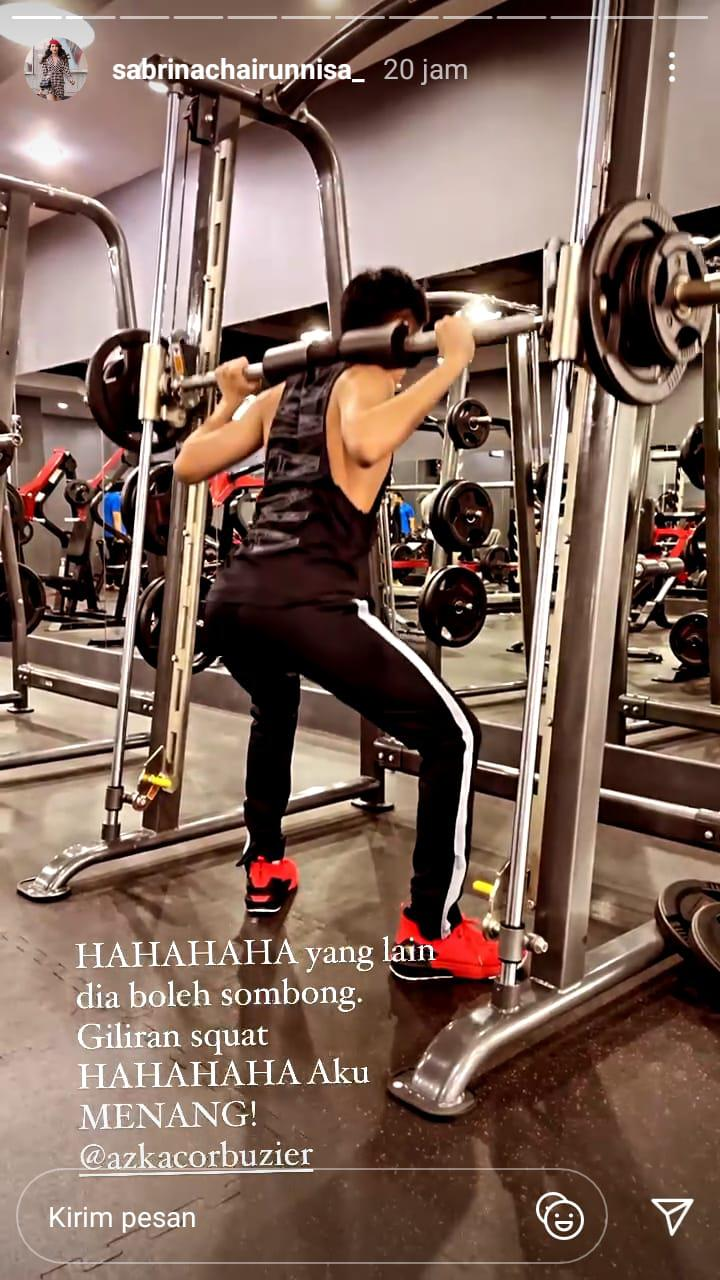 Sabrina Chairunnisa Ngakak Lihat Azka Corbuzier lakukan squat Copyright: instagram.com/sabrinachairunnisa_ Verified