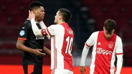 Kapten Ajax Amsterdam, Dusan Tadic tampak sedang berbincang dengan salah satu pemain PSV Eindhoven - INDOSPORT