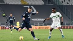 Indosport - Bintang Juventus, Cristiano Ronaldo sedang mencoba membongkar pertahanan Sassuolo