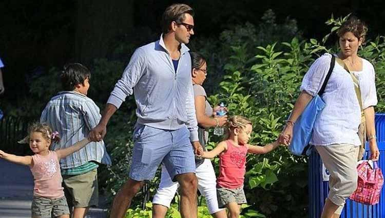 Roger Federer bersama keluarganya. Copyright: twitter/TennisChannel
