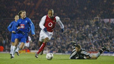Momen Thierry Henry mencetak gol ke-100 untuk Arsenal dalam pertandingan Liga Inggris kontra Birmingham City, 12 Januari 2003. - INDOSPORT