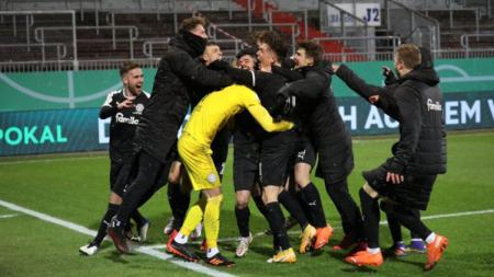 Perayaan kemenangan para pemain Holstein Kiel atas Bayern Munchen - INDOSPORT