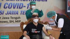 Indosport - Gubernur Jawa Tengah, Ganjar Pranowo saat melakukan vaksinasi di RSUD Tugurejo, Semarang.