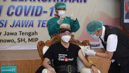 Gubernur Jawa Tengah, Ganjar Pranowo saat melakukan vaksinasi di RSUD Tugurejo, Semarang. - INDOSPORT