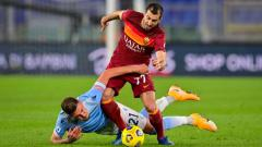 Indosport - Henrikh Mkhitaryan terlibat duel sengit dengan Sergej Milinkovic-Savic dalam duel AS Roma vs Lazio