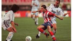 Indosport - Gelandang Atletico Madrid, Juninho Paulista, beraksi dalam pertandingan LaLiga Spanyol kontra Real Madrid, 17 Januari 1999.