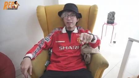 Selebgram Indonesia, Dokter Tirta, menggunakan jersey Manchester United. - INDOSPORT