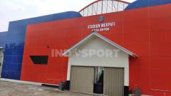 Indosport - Tampilan baru bagian gerbang utama Stadion Merpati Depok. Modern dengan pilihan warna yang mencolok dan terkesan mewah.