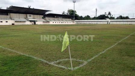 Rumput lapangan menggunakan jenis yang sama dengan Stadion Pakansari, kandang klub Liga 1, Persikabo 1973.